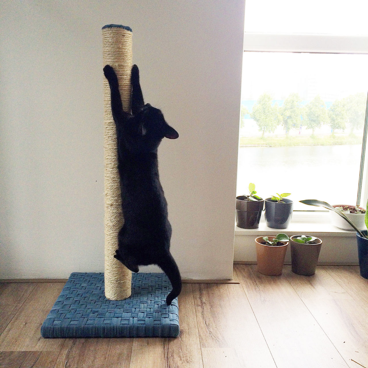 cat_scratching_post_woven_denim_annienke