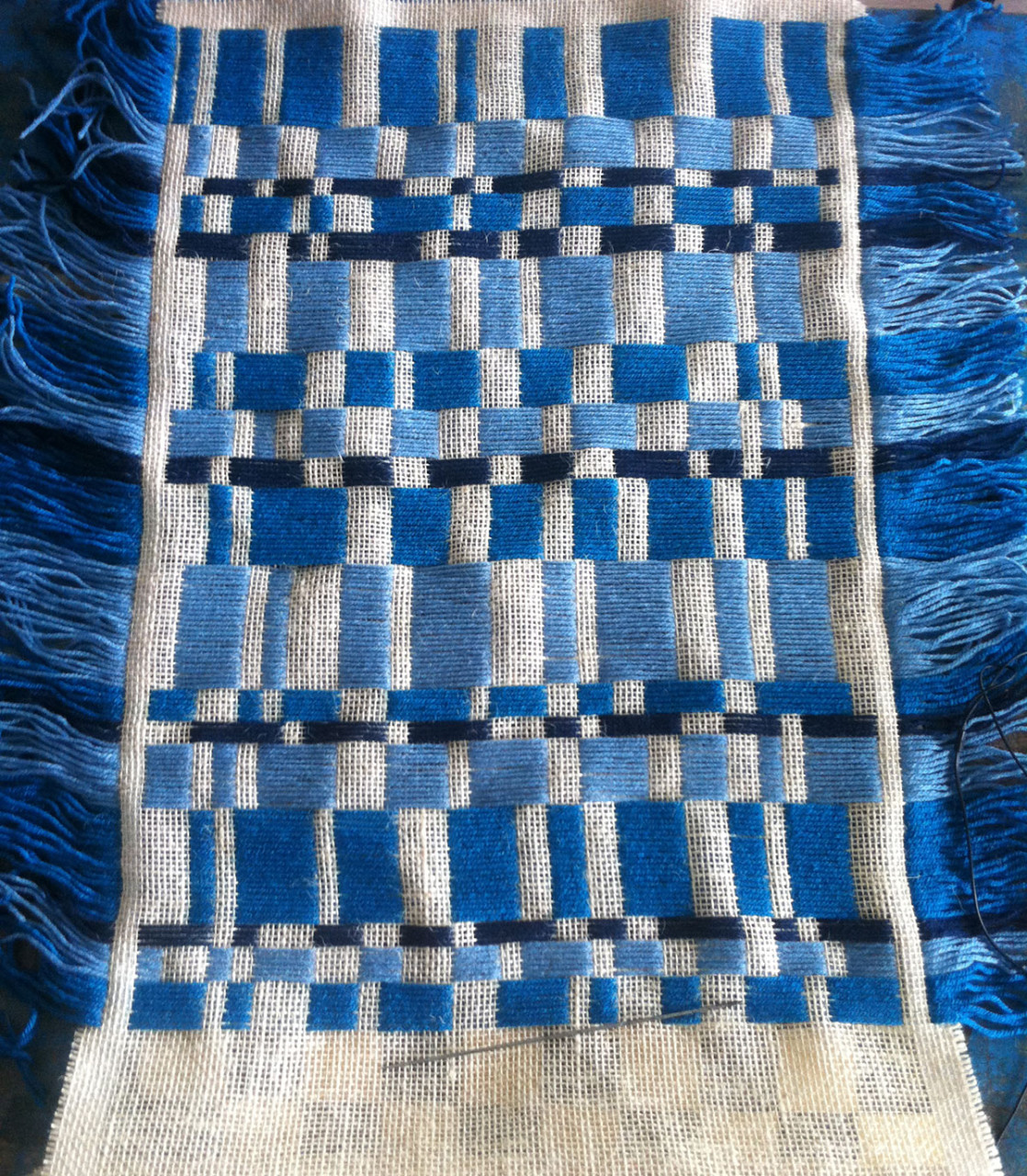 embroidery_burlap_annienke_blue_2
